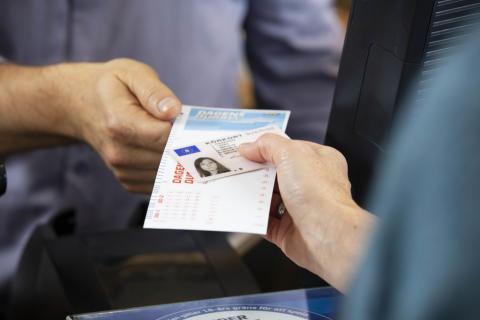 Kom ihåg att ta med legitimation när du spelar i butik