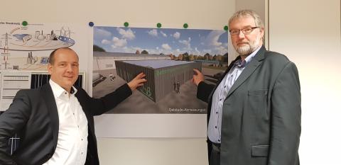 Frank Günther, Geschäftsführer der VBB, und Dr. Matthias Leuthold, Leiter Energiespeicher bei RES in Deutschland, vor der Visualisierung des geplanten Batteriespeichers.