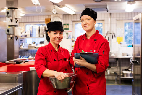 Yvonne Licke , numera kock, med sin chef Jenny Ahlgren i Lindgardens kök, Vänersborg