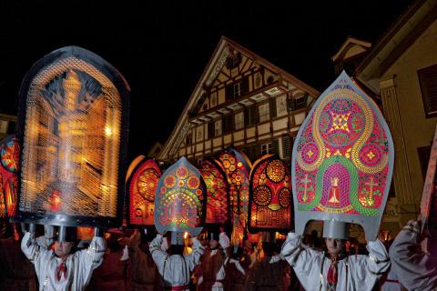 Spektakuläre Feuerbräuche und traditionelle Lichtfeste