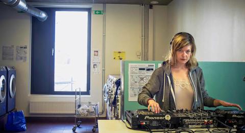 Både meditativt och party, party!  Helena Engberg & PotatoPotato kommer till Kulturens hus med DJ-föreställning om singelskapet.
