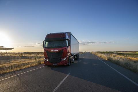 IVECO lanserar nya IVECO S-WAY: en 100 % uppkopplad, förarcentrerad långfärdslastbil