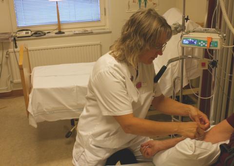 Carina Olofsson, MS-sjuksköterska, ger behandling till en patient.