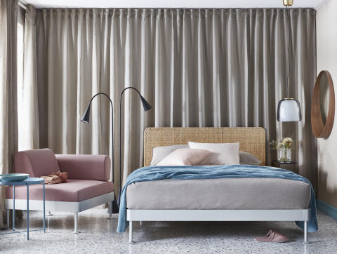 DELAKTIG sengestel med sengegavl 3.699.-, sidebord til stel 400.-, LED-gulvlampe 599.-
