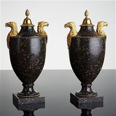 2172. Ett par högklassiga sengustavianska urnor i porfyr Utrop: 200 000-250 000 SEK