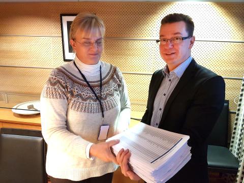 Diabetesliitto luovutti ministerille 15 000 allekirjoitusta diabeteslääkkeiden puolesta