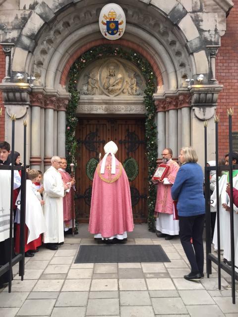 Biskop Anders Arborelius öppnar stiftets Heliga port i katolska Domkyrkan