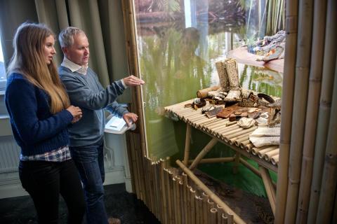 En souvenir för livet - Cecilia och Lasse tittar i montern som föreställer krokodilfarmen