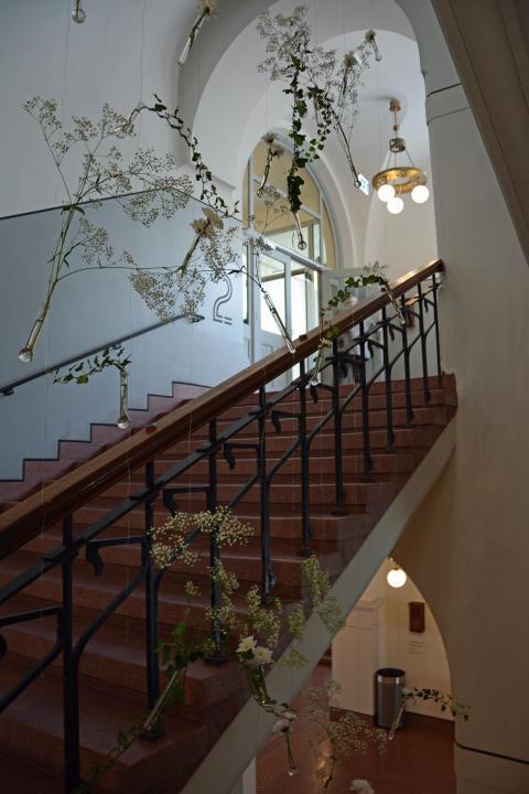 Trappen vakkert dekorert av skolens elever.
