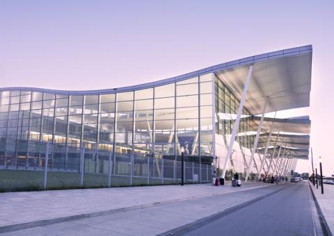 Frische Luft im Himmel wie am Boden:  EuroLam ermöglicht natürlichen Rauch- und Wärmeabzug im Lech-Wałęsa-Flughafen in Danzig durch Lamellenfenster
