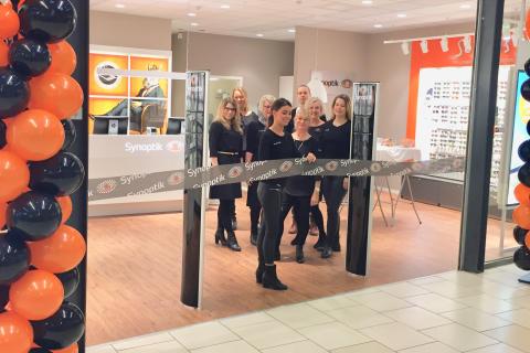 Nio miljoner glasögon i svenska byrålådor – Synoptik öppnar ny butik på Överby och inviger glasögoninsamling