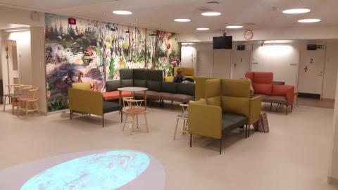 Välkommen till invigningen av akutmottagningens nya väntrum med djungeltema på Drottning Silvias barn- och ungdomssjukhus