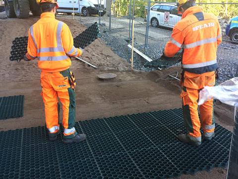 PEAB installerar vår nya gräsarmering Recyfix Green till Badhuset i Ängelholm