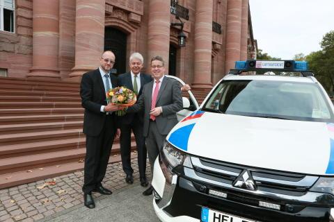 Fahrzeugübergabe vor dem Wirtschaftsministerium in Wiesbaden