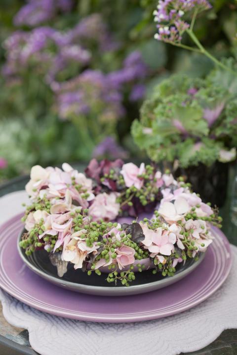 Krans av hortensia, fläderbär och prydnadsäpple