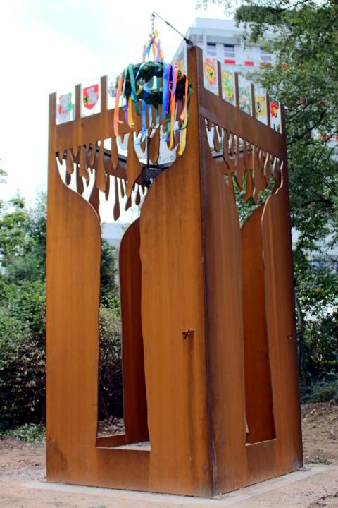 Der symbolträchtige Schützenturm wurde jetzt auf dem Außengelände der ansässigen Sparkasse Neuss errichtet.