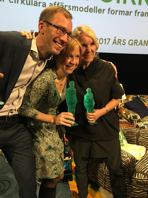 Kivras VD Stefan Krook tilldelas Pontus Schultz pris för ett mänskligare näringsliv