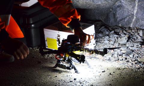 Självkörande drönare navigerar i bergrum