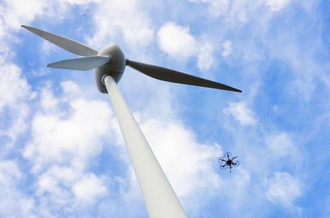 Drönare besiktar själva vindkraftverk inom tre år