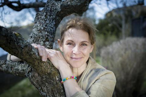 Helen Sjöholm med armbandet Trees and Love