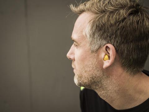 Hur du stoppar in en hörselpropp