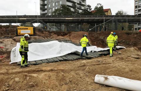 Pang i bygget när första sprängningen för 84 ungdomsbostäder i Hökarängen avfyrades i måndags.