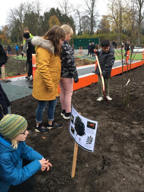Børn er med til at plante træer til undervisningsskove i samarbejde med Plant et Træ