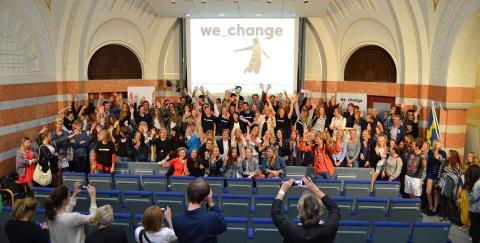 Miljöminister Lena Ek med storföretag låter sig grillas av gymnasielever på Hållbarhetsgrillen