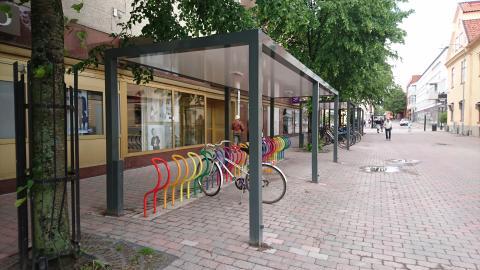 Cykeltak och flerfärgade cykelställ står nu på plats i Nyköping