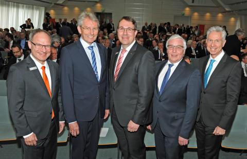 Heinz Mölder (2. v.l.) im Kreis seiner Vorstandskollegen Michael Schmuck (1.v.l.), Dietmar Mittelstädt (2.v.r.) und Dr. Gärtner (1.v.r.) sowie seines designierten Nachfolgers Carsten Proebster (Bildmitte)