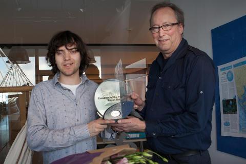 """Boyan Slat (links) erhält die Auszeichnung """"Europäer des Jahres 2017"""" von Paul Robert, dem Chefredakteur der niederländischen Ausgabe von Reader's Digest"""