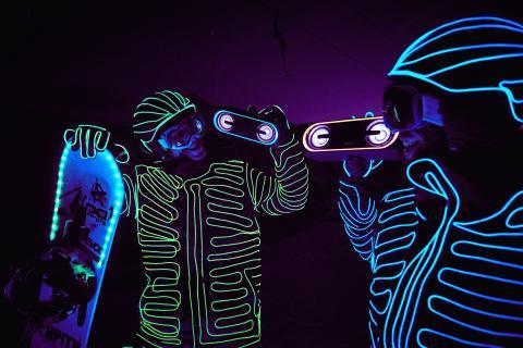 Des snowboardeurs ferment les pistes pour une journée de spectacle avec l'enceinte SRS-XB40 de Sony : son et lumière sont au rendez-vous !