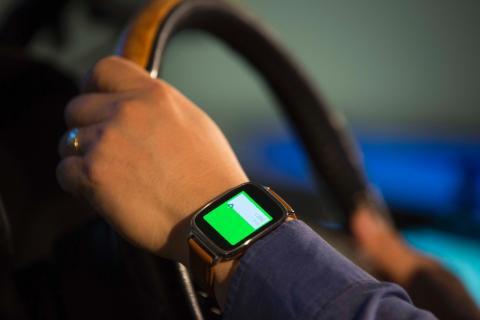 Az új Ford labor a testen viselhető eszközök és a járművek összehangolásán dolgozik; a Ford összekapcsolja a vezető egészségére vonatkozó adatokat a vezetéstámogató technológiákkal