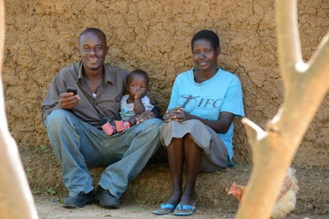 Daniel, Synthia och baby James Otuma - Vi-skogens Instagramfamiljer