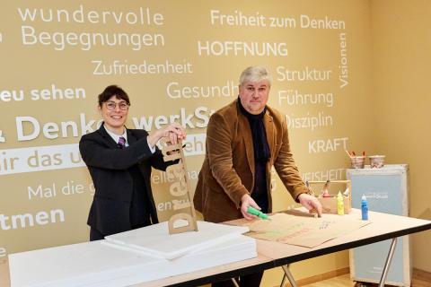 """Sie probierten bereits das """"KRreative IDEEN LABOR"""" aus (v.r.): Hoteldirektor Walter Sosul und Veranstaltungsleiterin Fanny Neumann"""