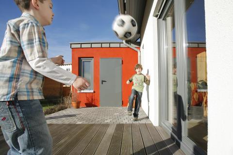 Jungs mit Fußball 2