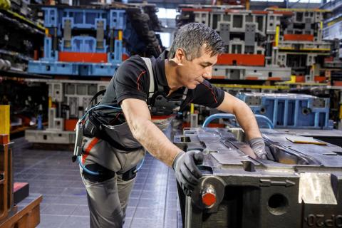 At the Audi plant in Neckarsulm, the exoskeleton is applied for example when polishing a matrix in tool maintenance