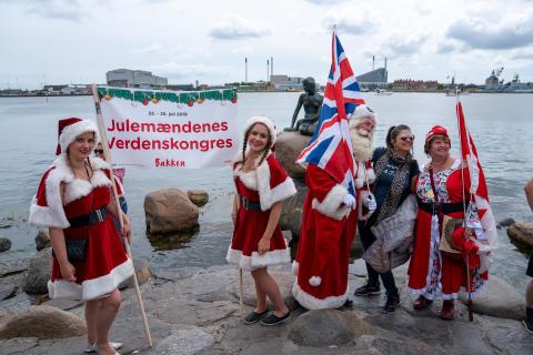 Julefolk og turister ved Den lille havfrue