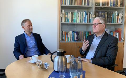 Bundestagsabgeordneter Ottmar von Holtz aus Hildesheim besucht Mikrobenhochburg in Braunschweig