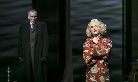 Kerstin Avemo i La traviata, på GöteborgsOperan 2017. I bakgrunden: Åke Zetterström.