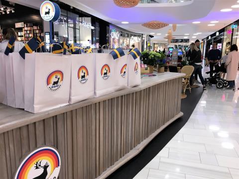 Polarbar i Mall of Scandinavia invigdes med smörgåstårta och nationaldagsfirande