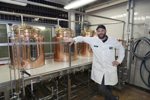 Bryggmästare Rhys Powell laddar upp inför ölets dag på Backyard Brewery i Falkenberg. Tillsammans med Joakim Green har han tagit fram en Hallonporter samt en apelsinhumlad IPA.