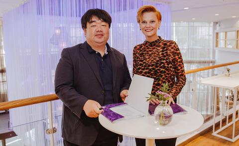 Det står sedan tidigare klart att Sydkorea blir temaland på Bokmässan 2019. Här ses Mr. Chul Ho Yoon, ordförande i den koreanska förläggarföreningen, Korean Publishers Association, och Frida Edman, Bokmässan, tidigare i år.