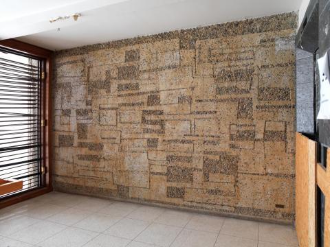 Odd Tandberg, veggarbeid i sandblåst naturbetong, Regjeringsbygningen, trapperom 9. etasje