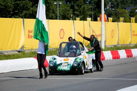Nigerias deltagere viser flaget