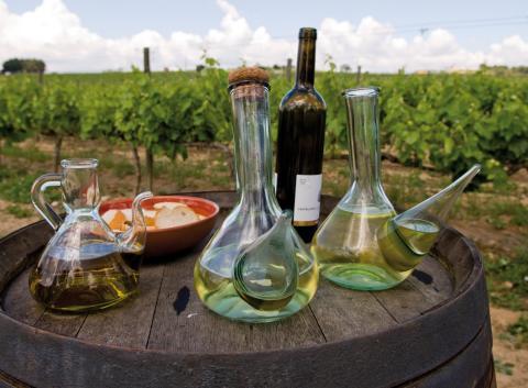 Porrons, setrill, vi, llesques de pa vinyes caves Castellroig