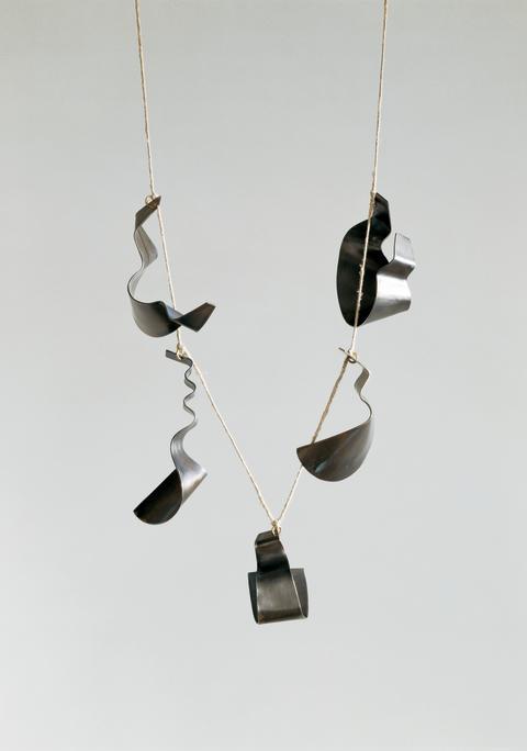 Halsband med djur i trä. Dorothea Prühl. Ställer ut på Röhsska museet 21.5-1.9 2013