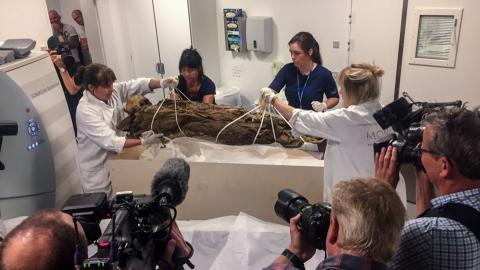 Mumie til scanning på Retsmedicinsk Institut, Aarhus Universitetshospital.