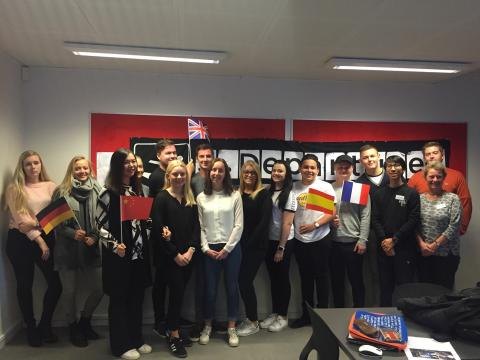 Internationale studerende viser gymnasieelever rundt i verden