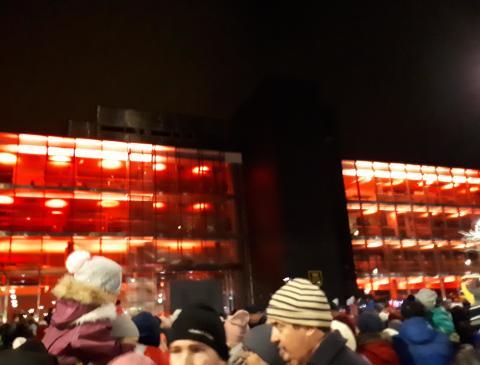 Naantalin joulukadun avajaiset veti väkeä paikalle - juhlavalaisu on Naantalin Energian ja Naantalin Sataman yhteislahja 575-vuotiaan Naantalin kunniaksi
